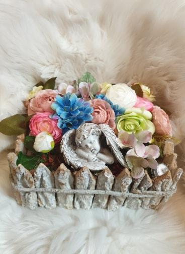 Košík plný kvetov s anjelikom a so sviečkou