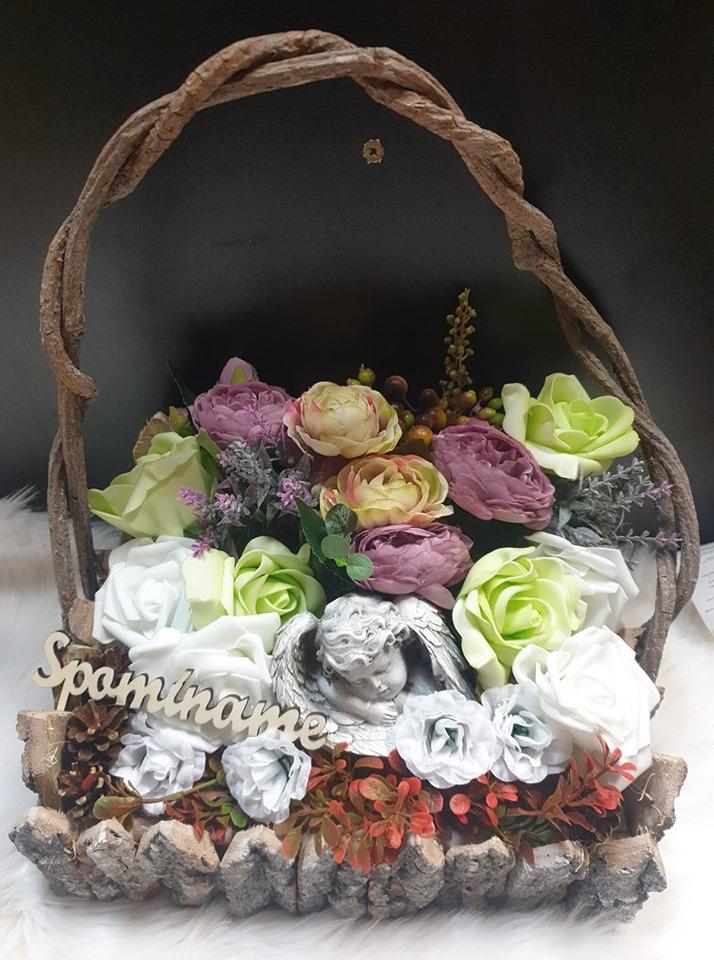 Košík plný kvetov s anjelom Spomíname